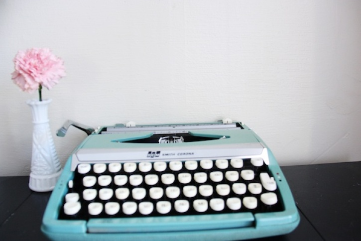 Blue vintage typewriter | redleafstyle.com