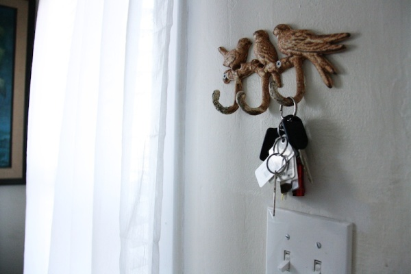 Use simple bird accents to decorate your home for spring. | redleafstyle.com